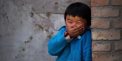 Ilustracija: Veseli dječak iz Kine se smije