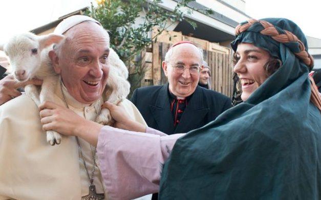 papa Frane s janjetom oko vrata u siječnju 2014. godine u predgrađu Rima (foto printscreen)