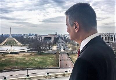 Tomislav Karamarko gleda u obelisk (foto Facebook)