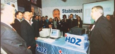 F. Tuđman svečano klikće mišem (foto: www.hdz.hr)