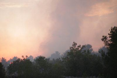 Zaton i Raslina više nisu ugroženi no požar još nije ugašen