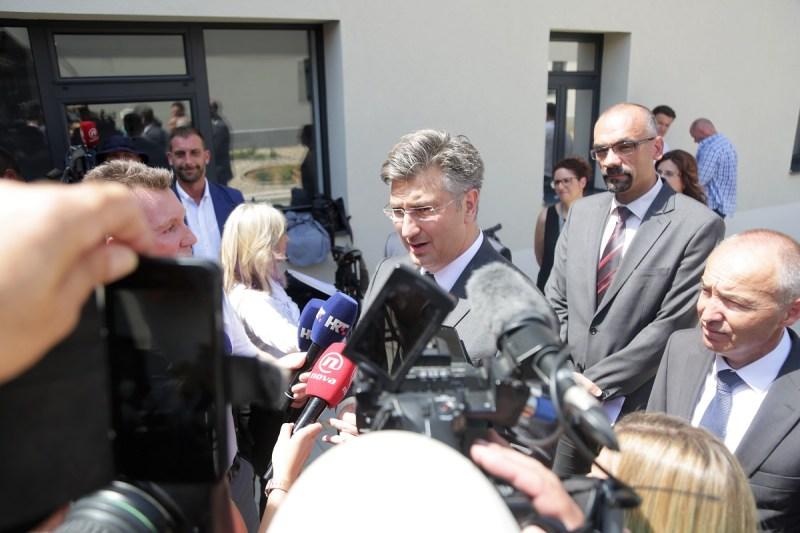 Premijer plenković na ulazu na Veleučilište Marka Marulića u Kninu (Foto: Tris/H. Pavić)