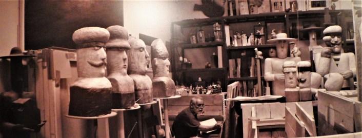 Fotogrfija Lipovca u ateljeu izložena na izložbi (preslika: TRIS/G. Šimac)