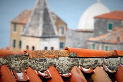 Mikro mećava je mikro zabijelila stari grad  (foto TRIS/G. Šimac)