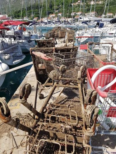 Divljaštvo tzv. nautičara: U marini izronili 73 komada Konzumovih shopping kolica! (FOTO)