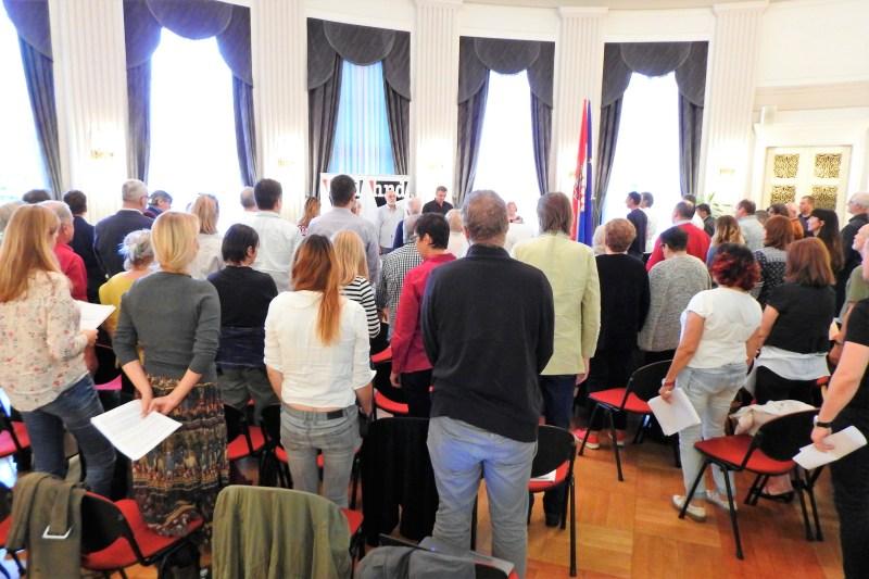 Ilustracija: Članovi Skupštine HND-a u minuti šutnje za pokojne kolege (foto TRIS/G. Šimac)