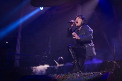 Bruce Dickinson na pozornici Arene Zagreb (Foto: Boris Podobnik/Ravnododna.com)