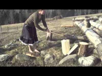 Drska migrantica cijepa drva