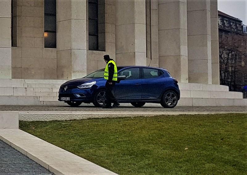 Prometni  redar pored svojeg automobila parkiranog kod Meštrovićevog paviljona 30. siječlnja 2019. godine u 14.51 sati (foto TRIS/G. Šimac)