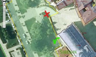 Crkvena instalacija je trebala biti na drugom mjestu (označeno zeleno),  ne ispod stepeništana mjestu zelenila (označeno crveno) foto: printscreen oss.uredjena zemlja.hr