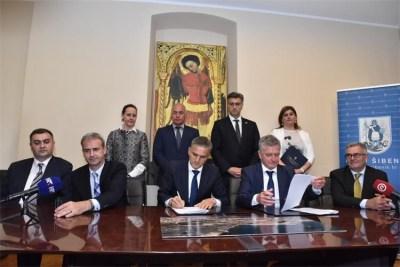 Potpisivanje povijesnih papira (foto Vlada RH)