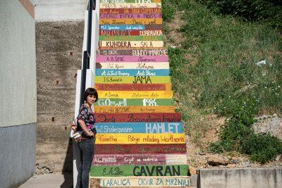 Amande Tica pored kninskog stepeništa koje je oslikala (foto Huknet)