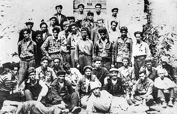 Foto: Zarobljeni pripadnici Prvog splitskog odreda ispred ustaškog zatvora u Sinju