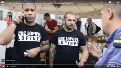 Trenutak policijskog postupnja prema dvojici s majicama u Puli (foto printscreen youtube Glas istre, snimio Dejan Štifanić)