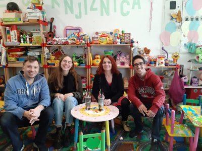 Mislav Matić, Ugne (druga s lijeva), Inga Kukolj i Carlos (prvi zdesna) sada žive u Kninu (foto: Ekološka udruga Krka Knin)