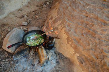 Pripremanje ručka na vatri(foto: Joso Gracin Joka/Nina Živković)