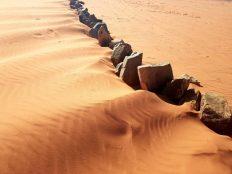 Netko je poredao kamenje usred pustinje (foto TRIS/G. ŠIMAC)