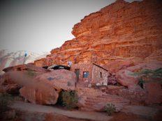 Beduinska kamena nastamba uklopljena u ambijent (foto TRIS/G. ŠIMAC)