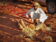 Beduin Sultan kuha čaj (foto TRIS/G. ŠIMAC)