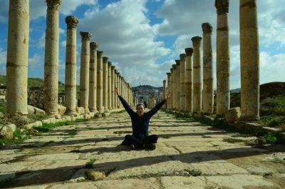 Anđela među rimskim kolonadama - Gerasa(foto J. Gracin)