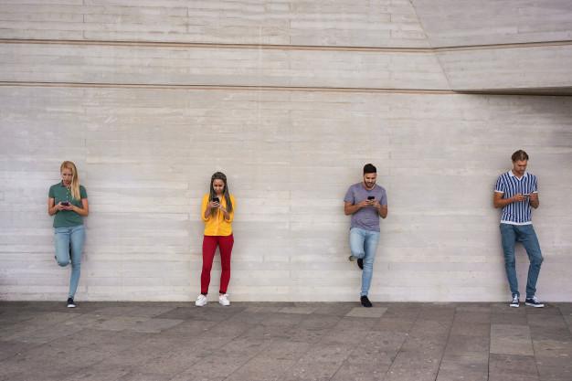 Idealno ponašanje mladih za vlasti: neka svatko gleda u svoj mobitel (foto: freepik)