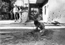 ARHIV SD 08.07.2005. ARHIV SD SIBENIK DOMOVINSKI RAT U SIBENIKU DIJECAK SE IGRA PORED MIJESTA EKSPLOZIJE PROJEKTILE ISPRED KUCE PETROVIC FOTO:ANTE BARANIC 1993.