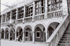 Vijećnica nakon barbarskog napada na katedralu i steri grad