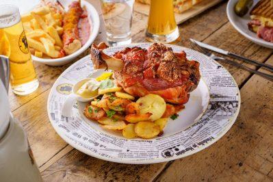 Svinjska koljenica s prilozima iz restorana Stalno predstavništvo