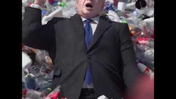 Boris Johnson travolto da un mare di rifiuti: lo spot di Greenpeace