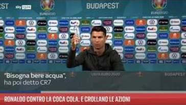 Un gesto che è costato oltre 4 miliardi di dollari. Cristiano Ronaldo durante la conferenz…