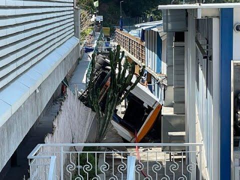 Bus precipita a Capri, un morto e decine di feriti: dramma sull'isola del Golfo di Napoli