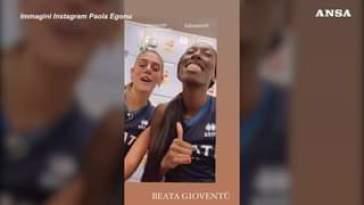 OLIMPIADI   Paola Egonu scherza con le compagne dopo la vittoria all'esordio. Nello spogli…