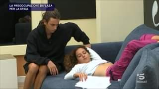 Dopo aver ricevuto la busta rossa da parte della prof Anna Pettinelli Flaza si confronta c…