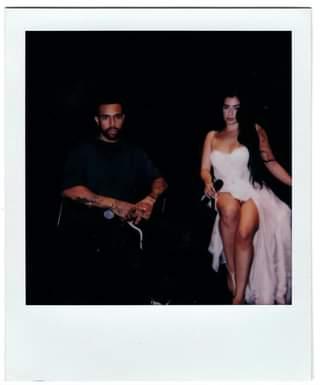 Potrebbe essere un'immagine in bianco e nero raffigurante 2 persone, persone in piedi e fotocamera