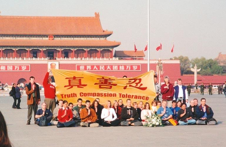 """Ngày 20/11/2001, có 36 học viên Pháp Luân Công người phương Tây đã đến quảng trường Thiên An Môn kháng nghị ôn hòa, cùng giơ cao tinh thần """"Chân – Thiện – Nhẫn"""" (Ảnh: Minh Huệ)"""