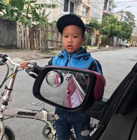 Khoanh tay xin qua đường đã từng là văn hóa giao thông của trẻ em Việt