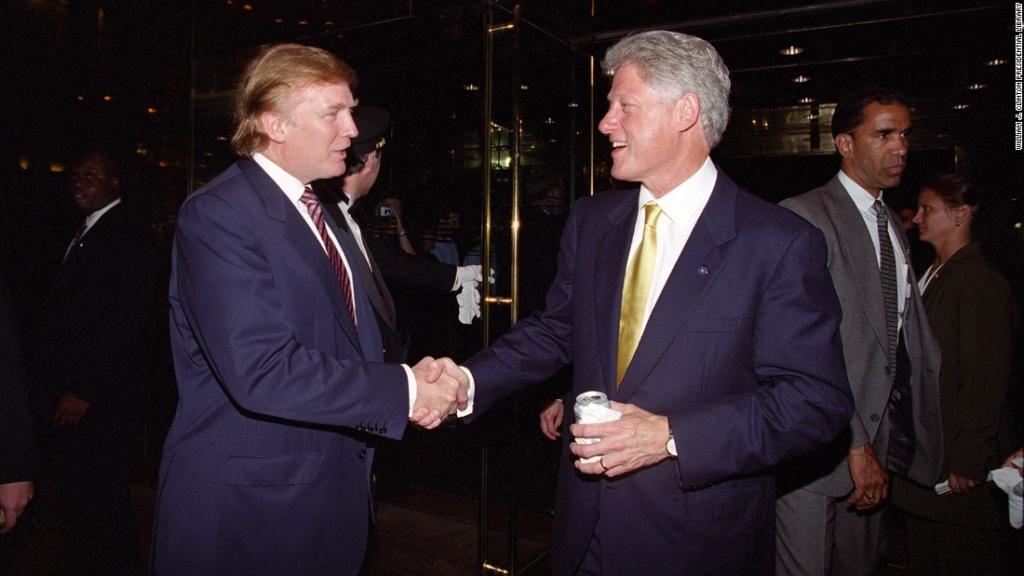 Donald Trump và Bill Clinton bắt tay nhau tại Trump Tower, ảnh chụp ngày 16/06/2000