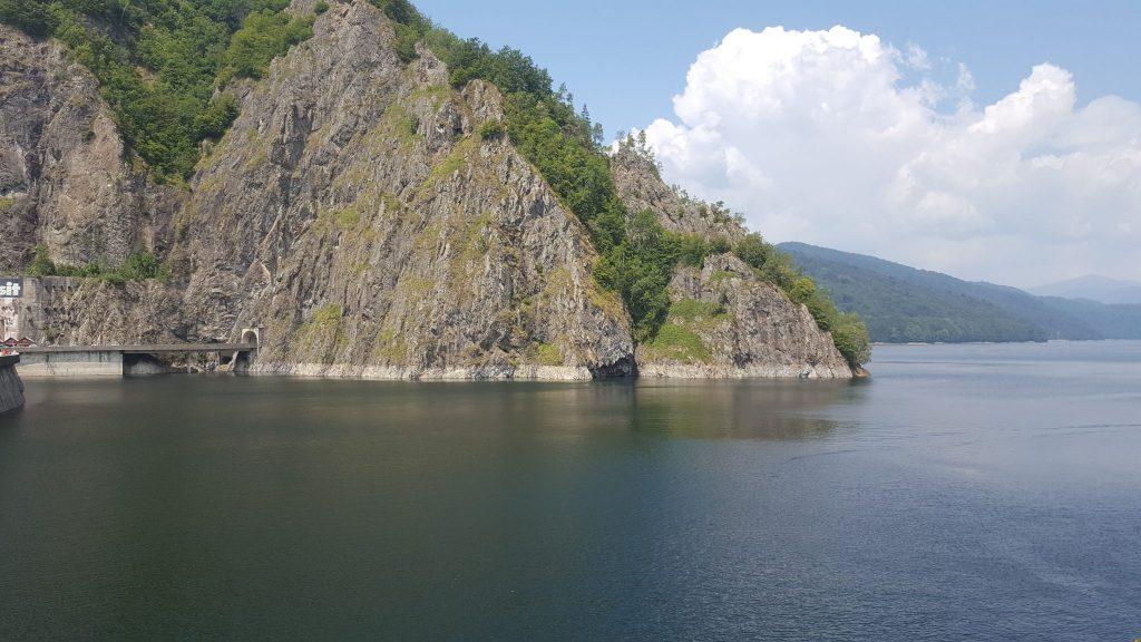 Lacul Vidrarul la baza Barajului Vidraru