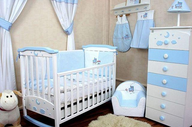 Yeni doğanlar için bebek karyolası - fotoğraf