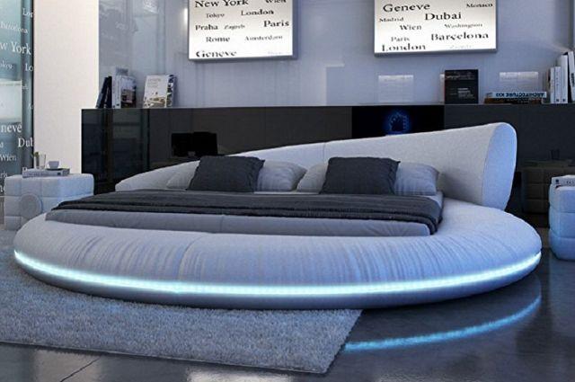 Yatak odasında farklı tarzlarda yuvarlak yatak - Techno, yüksek teknoloji