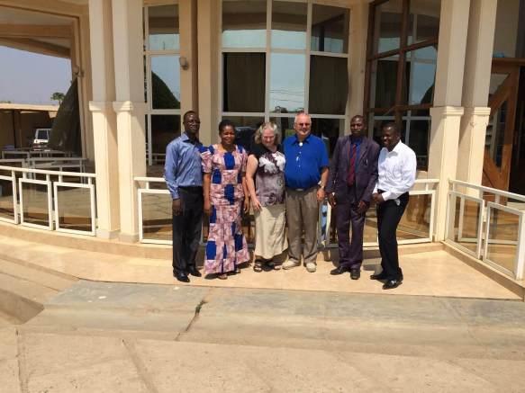 Pastoren og konen hans til venstre. Til høyre er pastoren fra den andre menigheten vi besøkte. Han leder møtet søndag formiddag der.