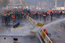 Bryssel 2014 - Vesitykit hajoittavat leikkauksia vastustavaa mielenosoitusta