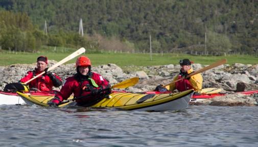 Kanting av kajakken er en effektiv måte å styre i trange farvann. Foto: Gunnar Noer
