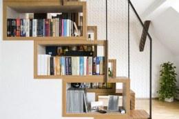Thanh ngang để sách và đồ lưu niệm dưới gầm cầu thang không hề bị khuất tầm mắt , ta vừa tận dụng được không gian đó vừa tăng thẩm mỹ căn phòng.