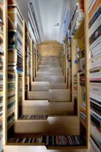 Trông như 1 giá sách ấn tượng, không gian cầu thang trở nên khác biệt trong 1 thư viện lớn thì bố trí 1 chiếc cầu thang như thế này thật là thông minh. Gầm thang chính là những ngăn tủ file hữu ích, chúng vừa gọn, không lấn chiếm không gian, tăng thêm diện tích sử dụng khác.