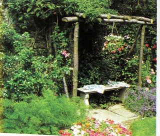 Cảy hoa nhài lá kim làm mềm mại những cái cọc thô sơ của khu vực nghỉ ngơi này.