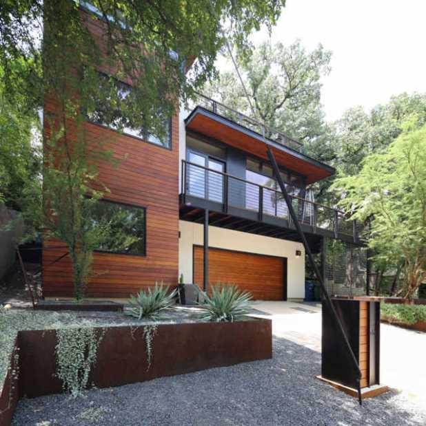 Bên ngoài ngôi nhà được thiết kế kết hợp gỗ và thép. Về phần thiết kế giống với ngôi nhà cũ nhưng các vật liệu hiện đại hơn khiến cho mọi thứ trông tuyệt đẹp!