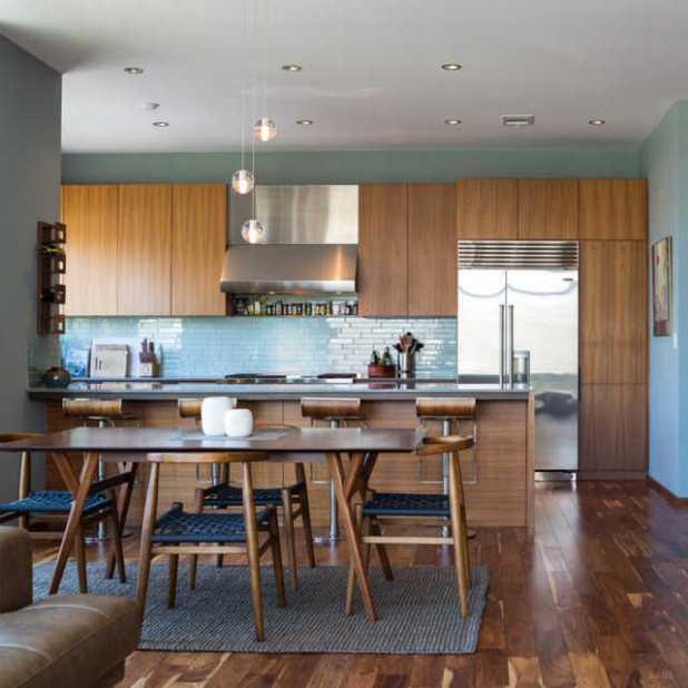 Trước đây, nhà bếp được thiết kế trong một không gian đóng. Giờ đây các bức tường đã được gỡ bỏ tạo ra một khu vực nhà bếp mở, có thêm một quầy bếp. Các không gian thân thiện và đầy cảm hứng để làm việc.