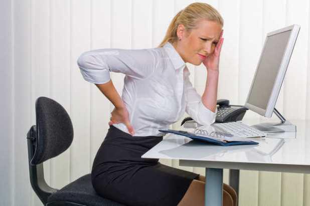 Đau lưng ở người trẻ thường liên quan tới yếu tố chấn thương, có thể do mang vác nặng, lao động nặng hoặc vận động sai tư thế. (Ảnh minh họa: Internet)