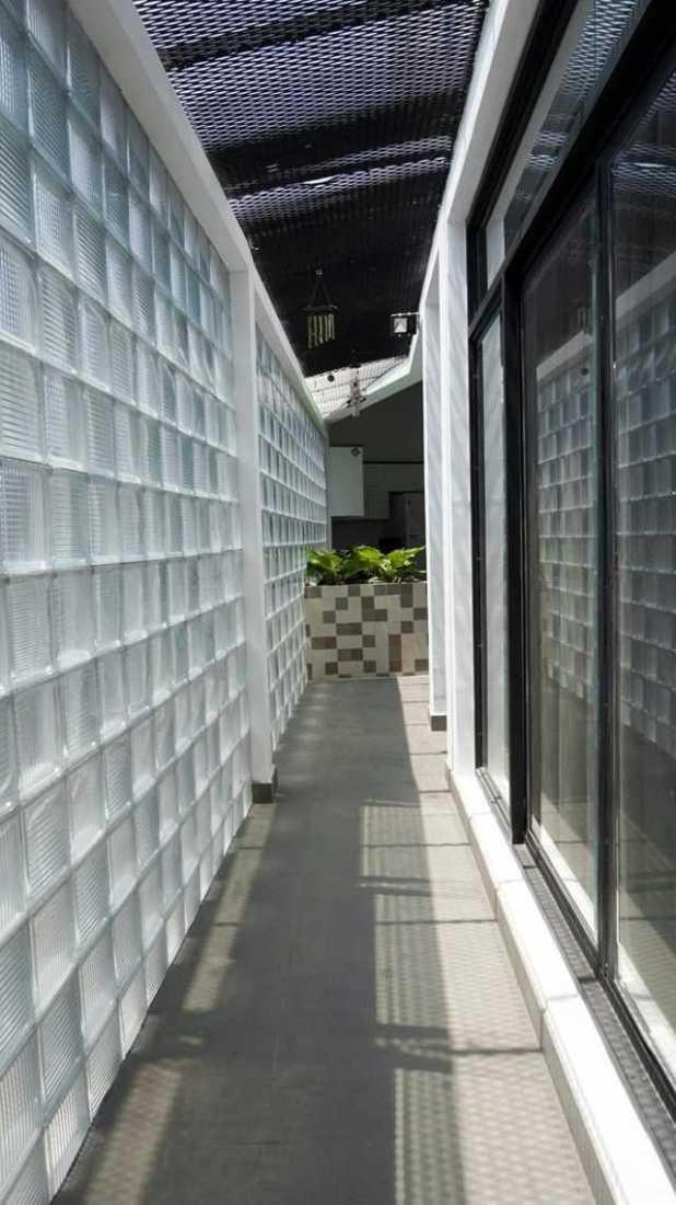 Bức tường gạch kính không chỉ lấy sáng mà còn tạo sự gắn kết giữa chủ nhân và cư dân quanh đó.